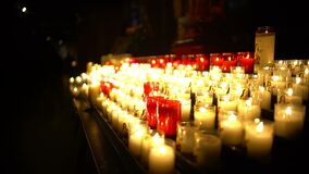 Belle candele che bruciano nella chiesa, uguagliante servizio di culto, tempo per la preghiera archivi video