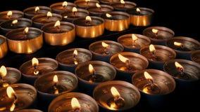 Belle candele di colpo commovente dell'esposizione stock footage