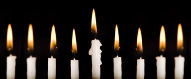 Belle candele illuminate di hanukkah sul nero. Fotografia Stock Libera da Diritti