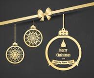 Belle carte de Noël avec les boules et l'arc accrochants de Noël d'or Fond élégant pour la conception du ` s de nouvelle année Photographie stock libre de droits