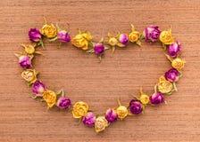 Belle carte de voeux de Valentine avec les roses sèches sur en bois Photographie stock