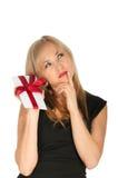 Belle carte postale blonde de femme et de cadeau dans des ses mains. jour de fête de St Valentine Images stock