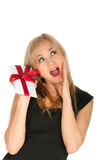 Belle carte postale blonde de femme et de cadeau dans des ses mains. jour de fête de St Valentine Photos libres de droits