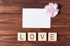Belle carte postale sur un fond en bois avec des lettres d'amour et Image libre de droits