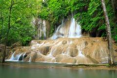 Belle cascade à écriture ligne par ligne dans Kanchanaburi. La Thaïlande Photo stock