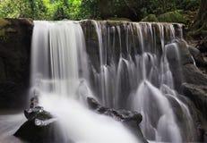 Belle cascade à écriture ligne par ligne dans la jungle Images stock