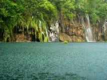 Belle cascade à écriture ligne par ligne de forêt Image stock