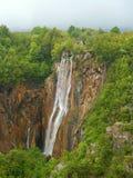 Belle cascade à écriture ligne par ligne de forêt Photos stock