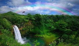 belle cascade à écriture ligne par ligne de première vue d'Hawaï Photos libres de droits