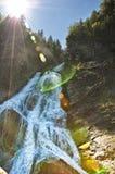 Belle cascade à écriture ligne par ligne en montagnes roumaines Photos stock