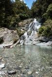 Belle cascade à écriture ligne par ligne en Nouvelle Zélande Photographie stock libre de droits
