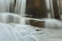 Belle cascade à écriture ligne par ligne montante en cascade au-dessus de roche normale Photos stock