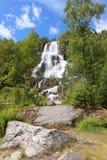 Belle cascade à écriture ligne par ligne près de Bergen. Photos libres de droits