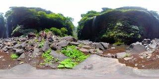 Belle cascade à écriture ligne par ligne tropicale vr360 Bali, Indonésie banque de vidéos