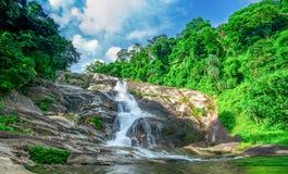 Belle cascade à la montagne avec le ciel bleu et les cumulus blancs Cascade en cascade verte tropicale de forêt d'arbre photos stock