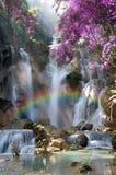 Belle cascade avec le foyer mou et arc-en-ciel dans la forêt Image stock