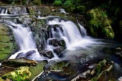 Belle cascade blanche laiteuse montrant la beauté naturelle photos libres de droits
