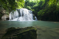 Belle cascade, cascade minimum de ka de mae de Huay en Thaïlande Images stock