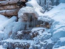 Belle cascade congelée dans les Alpes Photographie stock libre de droits