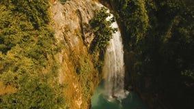 Belle cascade à écriture ligne par ligne tropicale Île de Philippines Cebu clips vidéos