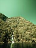 Belle cascade dans des fjords de la Norvège Image stock