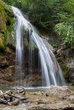 Belle cascade dans la fin de montagne de cascade de forêt  images stock