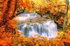 Belle cascade dans la forêt de parc national chez Huai Mae Kham images stock