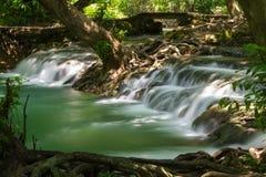 Belle cascade dans la forêt tropicale de la Thaïlande Photographie stock libre de droits