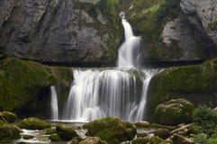 Belle cascade dans les Frances le beau jour d'été Image libre de droits