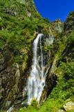 Belle cascade dans les montagnes Photos stock