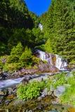Belle cascade dans les montagnes photographie stock