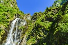 Belle cascade dans les montagnes image libre de droits