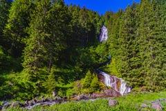 Belle cascade dans les montagnes image stock