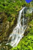 Belle cascade dans les montagnes images stock