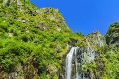 Belle cascade dans les montagnes photos libres de droits