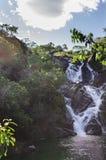 Belle cascade dans une grotte photo libre de droits