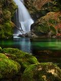 Belle cascade de paysage de la Slovénie dans la forêt et le parc naturel Image stock