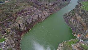 Belle cascade de Shoshone au printemps pendant les hautes eaux banque de vidéos