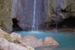 Belle cascade de turquoise Photographie stock libre de droits