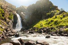 Belle cascade en montagnes d'Altai, Sibérie, Russie Images stock