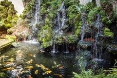Belle cascade tombant au-dessus des roches Images stock