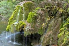 Belle cascade unique de Bigar en Roumanie photos libres de droits