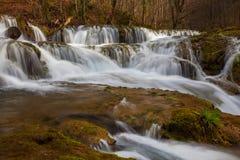 Belle cascate incontaminate e fiume dell'acqua bianca nelle montagne immagini stock libere da diritti