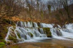 Belle cascate incontaminate e fiume dell'acqua bianca nelle montagne immagine stock libera da diritti