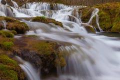 Belle cascate incontaminate e fiume dell'acqua bianca nelle montagne fotografia stock