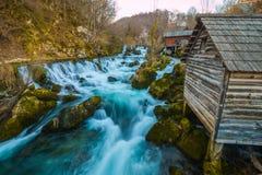 Belle cascate nel villaggio vicino alla foresta al tramonto Immagine Stock