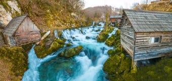 Belle cascate variopinte nel villaggio Fotografia Stock