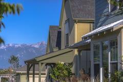 Belle case di modello con le montagne dietro Fotografia Stock Libera da Diritti