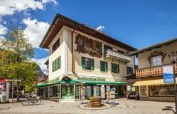 Belle case a Garmisch-Partenkirchen in Germania Immagine Stock