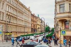 Belle case nella città di St Petersburg Pedoni ed automobili sulle vie fotografia stock
